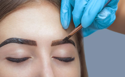 woman getting her eyebrows tinted